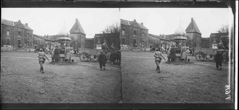 La fontaine sur la grande place - 1915.11 ©Ministère de la Culture (France) - Médiathèque de l'Architecture et du Patrimoine - Diffusion RMN
